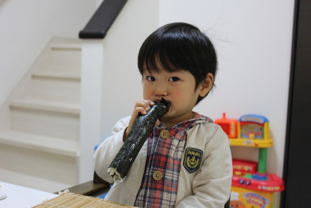 恵方巻きの食べにくい海苔を噛み切れやすくする裏ワザ!小さなお子さんが食べやすい海苔の巻き方と具材は?