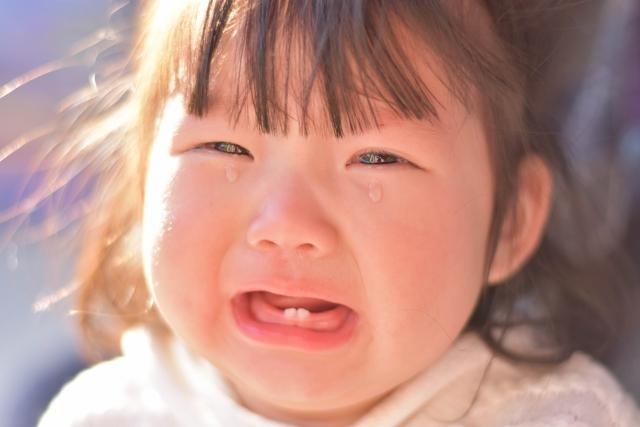 人見知りでよく泣く赤ちゃんを預けるのは非常識?原因と対策は?