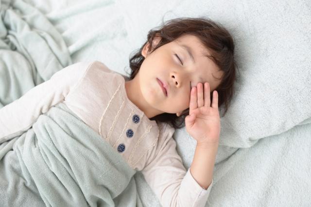 子供はいつから一人で寝させる?一人寝のコツやポイント体験談を紹介