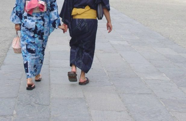 浴衣デートで下駄を履いても指の間や足が痛くならないコツや歩き方を紹介
