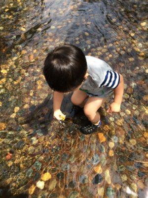 赤ちゃんの川遊びは何歳からOK?持ち物や暑さ対策など注意する点はこれ!